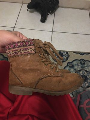 Size 9 boots for girl FREE for Sale in Miami, FL