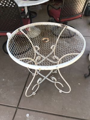 """Wrought iron small table 28"""" round x 29""""H for Sale in Modesto, CA"""