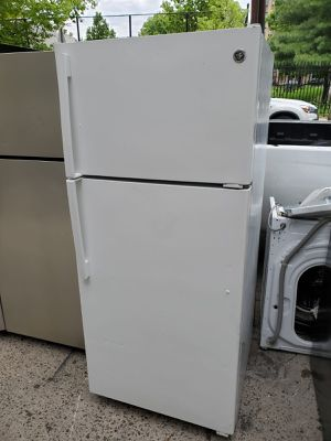 GE 28in wide top freezer refrigerator for Sale in The Bronx, NY