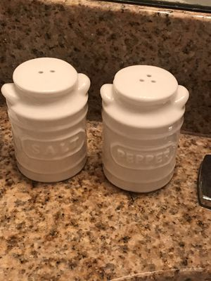 New boxed, farmhouse ceramic salt pepper shakers for Sale in Belleville, IL