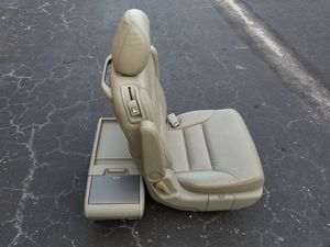 2006 Honda Odyssey 2nd Row Passenger Seat and Center Console for Sale in Pembroke Park, FL