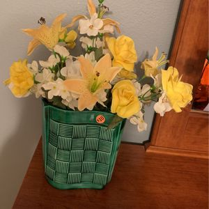 Vintage Green Vase With beautiful Yellow & White Flowers. Very nice vase With flowers Only $10.00 for Sale in Kissimmee, FL