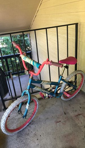 Bike for girls with bell used but still works tire is flat for Sale in Everett, WA