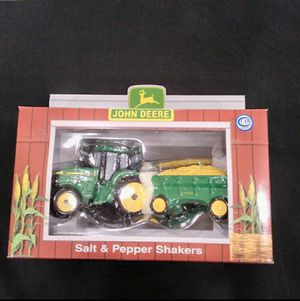 John Deere Tractor vintage home decor salt & pepper shaker New in box for Sale in Bonney Lake, WA