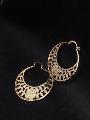 Medium size hoops with rose 18k plated gold | Arracadas de flor oro laminado 18k for Sale in Perris, CA