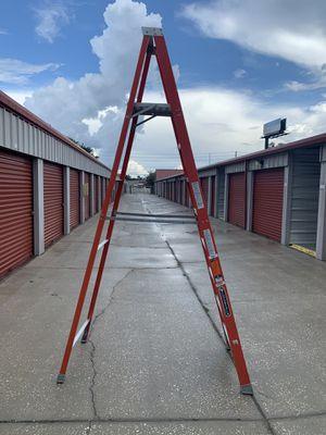 Louisville 8'Fiberglass Platform Ladder for Sale in Clearwater, FL