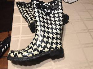 Women Rain/Snow Winter Boots Size 8 Merona for Sale in Chula Vista, CA
