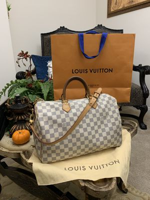 Authentic Louis Vuitton bandolier 35 this bag is use but still in great condition only MESAGE me if interested comes whit dust bag for Sale in Los Angeles, CA