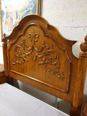 Queen size bedroom set solid wood in excellent condition for Sale in Plantation, FL
