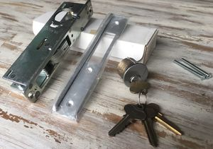 "Heavy duty 1 1/8"" (back set) hookbolt lock & strike + Cylinder lock with 4 keys for Sale in New York, NY"