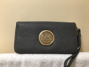 MK GRAY LEATHER DOUBLE ZIPPERED WRISTLET. for Sale in College Park, MD