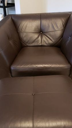 BROWN LEATHER CHAIR WITH OTTOMAN for Sale in Kennesaw,  GA