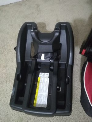Graco click n connect 35 car seat base for Sale in Bloomington, IL