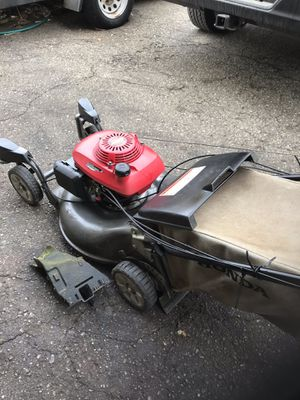 Honda self-propelled lawn mower three speed transmission front casters comes with a mulching plug for Sale in White Lake, MI