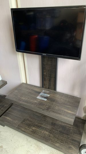 32 inch Samsung TV with TV stand, remote Great Condition Not A Smart TV for Sale in Anaheim, CA