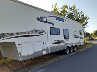 2005 5th wheel toy hauler for Sale in Tacoma,  WA