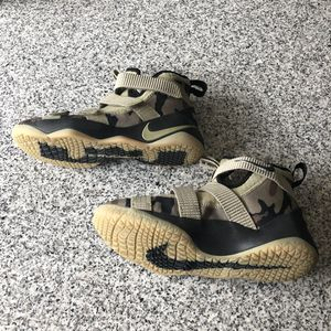 Kids Lebrons 6y for Sale in Bolingbrook, IL