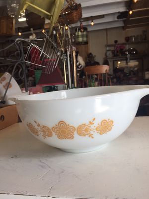 "Vintage PYREX ""BUTTERFLY"" White nesting 2 1/2 qt. for Sale in Scappoose, OR"