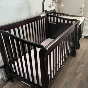 Baby Crib with Diaper Changing Table & 3 Drawers for Sale in Poway, CA