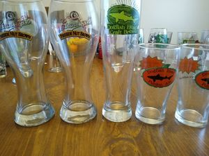 Winking lizard beer glasses for Sale in Elyria, OH