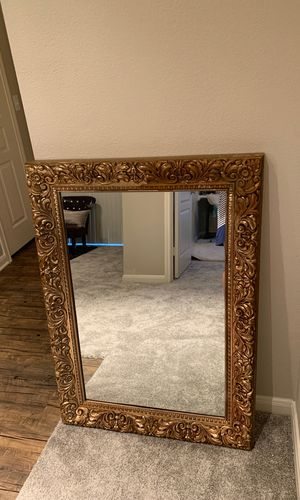 Beautiful Gold framed mirror, I moving so need gone ASAP bought it for 350 but asking for 200 SERIOUS INQUIRIES ONLY! Heavy weight!! for Sale in Dallas, TX