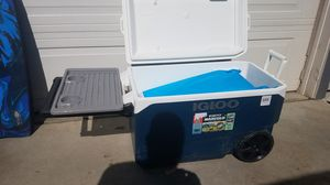 Great condition Igloo 137 can capacity ice chest cooler with fold-out table, wheel, long handle for Sale in Moreno Valley, CA