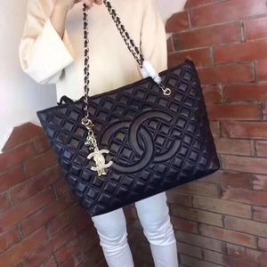 New Chanel Quilted leather shoulder bag for Sale in Atlanta, GA