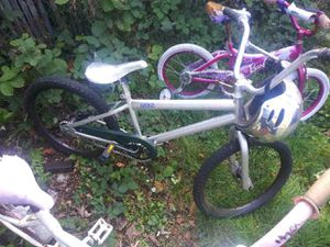 20 in bike w/helmet for Sale in Tacoma, WA