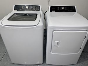 Washer / Dryer Large combo like New Frigidare for Sale in Davenport, FL