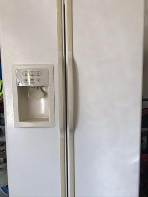 GE Refrigerator Side-by-Side Model GSS25KGMBAA for Sale in Springfield, VA