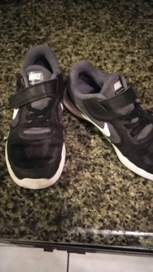 Nike shoes for boys size 1 and half. Tenis para niño Size 1 y medio for Sale in Orlando, FL