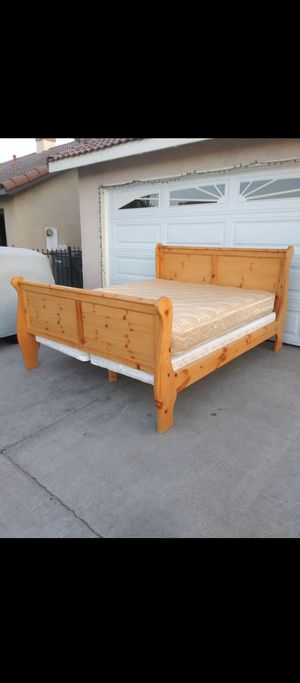 King size bed 100% wood for Sale in Perris, CA