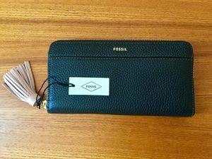 Fossil Tara Zip Around Women's Leather Clutch - Black. for Sale in Alpharetta, GA