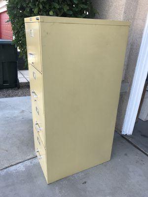File cabinet en buenas condiciones y tiene llave for Sale in Victorville, CA