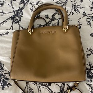 Medium Sized Michael Kors Bag for Sale in Hilliard, OH