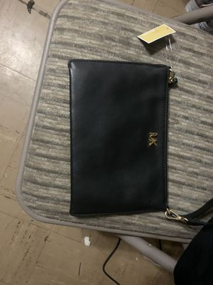 Michael Kors Medium Pouch/Clutch Conv Leather for Sale in Garden Grove, CA