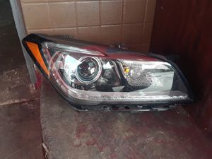 Hyundai Génesis 2015 2017 right side headlight for Sale in Dallas, TX