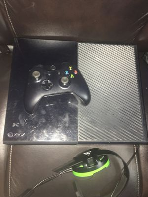 Xbox one Original with Turtle beach headset 500TB and controller for Sale in Arlington, TX