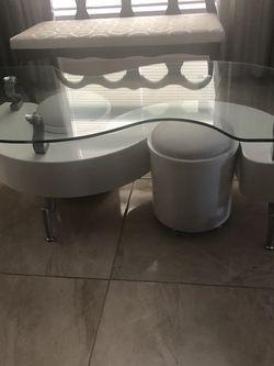 Mesa Moderna De Centro Blanca Con Gavetas Por Los Costados $100 for Sale in Miami,  FL