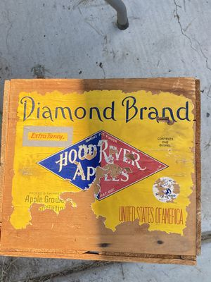 Diamond brand hood river apples wood crate for Sale in Nuevo, CA