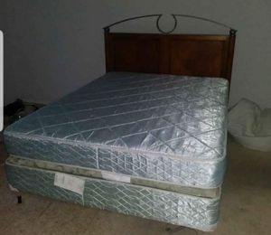 COMPLETE QUEEN SIZE BED WITH SOLID WOOD HEADBOARD for Sale in Pompano Beach, FL