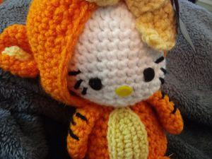 (#1) hello kitty in Tigger costume for Sale in Naples, FL