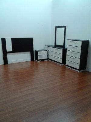 BEAUTIFUL, NEW, 5 piece bedroom set in black and white. PRICED right. for Sale in Hollywood, FL
