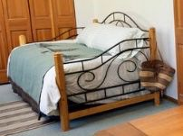 Wood and iron day bed - excellent condition $200 for Sale in Leavenworth, WA