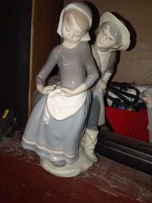 "AUTHENTIC LLADRO PORCELAIN FIGURINE ""SNEAKY KISS"" for Sale in Temple, TX"
