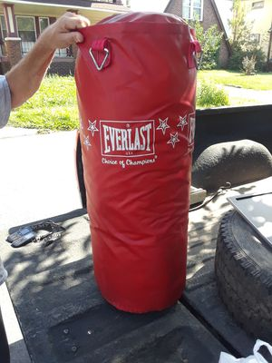 100 lb punching bag Everlast for Sale in Cleveland, OH