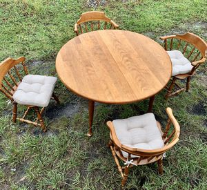 Kitchen table and chairs with leaf for Sale in Fort Lauderdale, FL