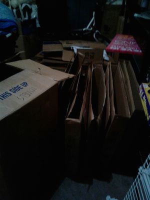 Free Moving boxes and packing paper(pending pick up) for Sale in Puyallup, WA