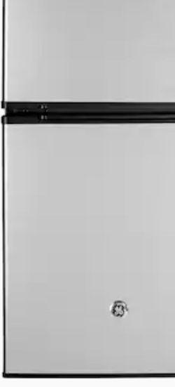 GE Mini Fridge W/freezer for Sale in Brisbane,  CA