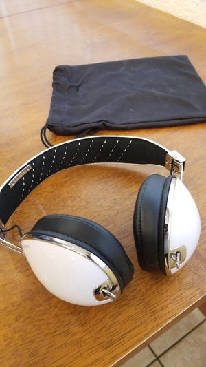 Skullcandy Rocnation white head set for Sale in Las Vegas, NV